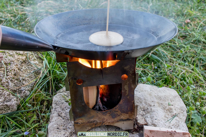 Poêle à frire versement de la pâte à pancake